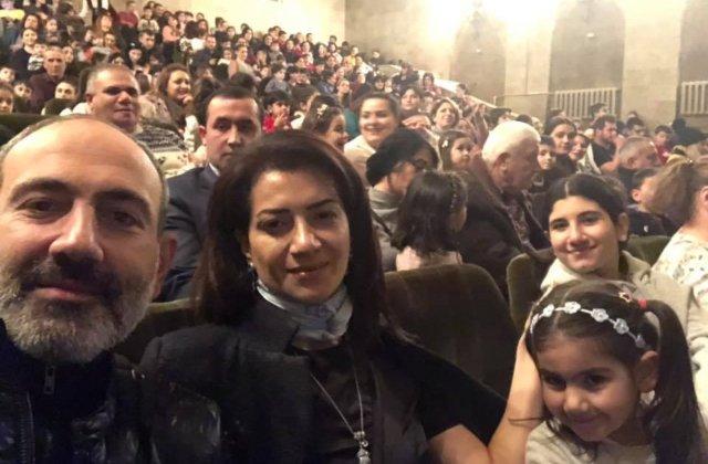 Նիկոլ Փաշինյանը տիկնոջ և դուստրերի հետ թատրոն է այցելել