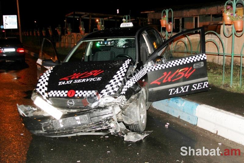 Ավտովթար Երևանում բախվել են Opel և Mercedes մակնիշի ավտոմեքենաներ. Opel-ը հայտնվել է մայթին. կա վիրավոր. (լուսանկարներ)
