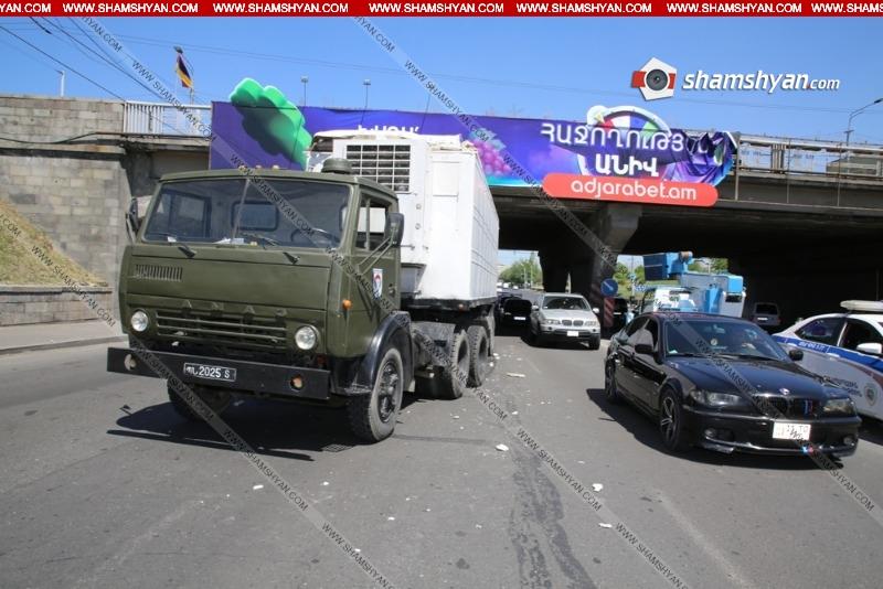 ՊՆ համարանիշներով КамАЗ-ը բախվել է գովազդային ցուցանակ տեղադրող ավտոմեքենային