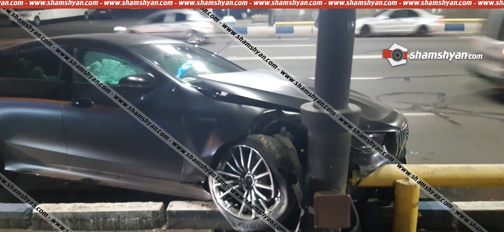 Երևանում սրճարաններից մեկի տնօրենը Mercedes-ով բախվել է երկաթբետոնե արգելապատնեշին. վիրավորների մեջ ժամկետային զինծառայող կա