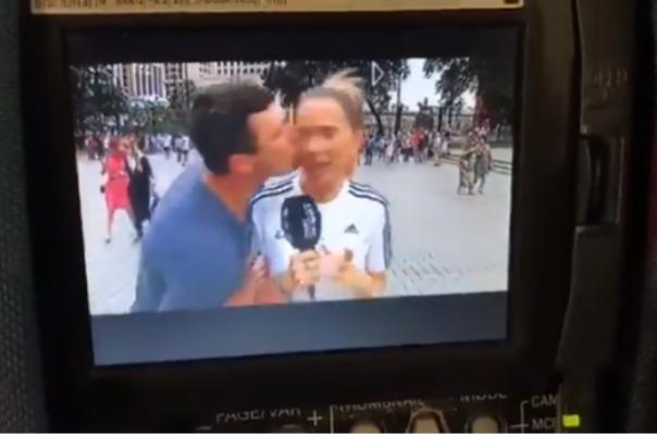 Մոսկվայում ֆուտբոլի երկրպագուն ուղիղ եթերում համբուրել է հաղորդավարուհուն՝ զայրացնելով նրան (տեսանյութ)