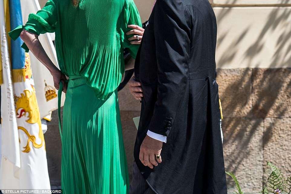 Թագավորական ընտանիքի անդամի կիսաշրջազգեստն անսպասելիորեն հագից ընկել է (լուսանկարներ)