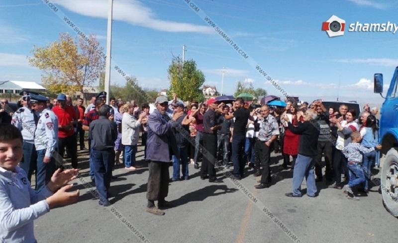 Մարալիկցիները փակել են Երևան-Գյումրի ավտոճանապարհը․ ոստիկանական ուժեր են կուտակվել