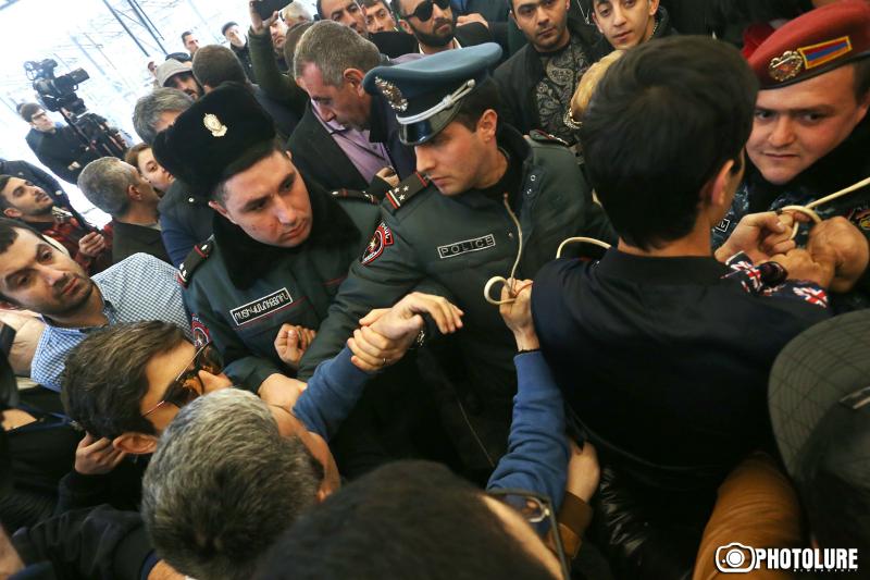 Լարված իրավիճակ Մաշտոցի պողոտայում. ոստիկանները քաշքշում են Օպերայի հարակից սրճարանների ապամոնտաժման դեմ բողոքող քաղաքացիներին