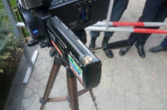 ՀՀԿ գրասենյակի մոտ հավաքի մասնակիցների պայթեցրած ճայթռուկը վնասել է Aysor.am կայքի օպերատորի հագուստն ու տեսախցիկը