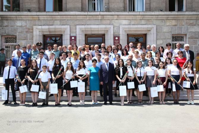 Բակո Սահակյանը պարգևատրել է  դպրոցականների օլիմպիադայի մրցանակային տեղեր գրաված աշակերտներին