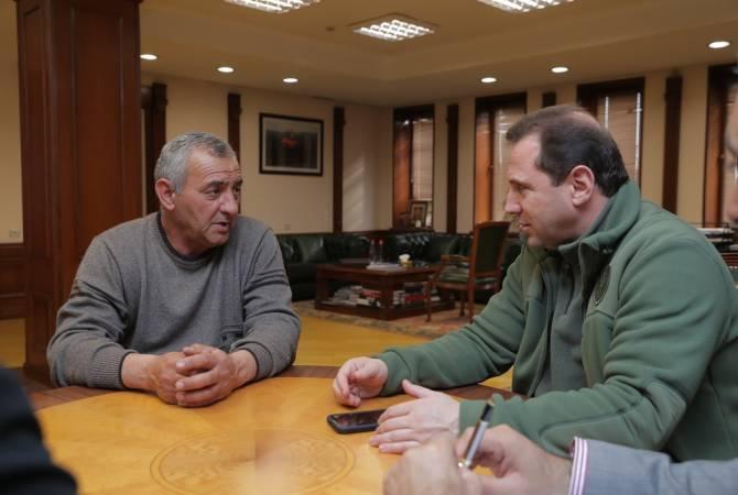Դավիթ Տոնոյանը հանդիպել է Ադրբեջանում ազատազրկման դատապարտված Կարեն Ղազարյանի հոր հետ