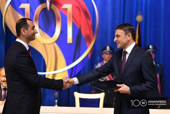 Արցախի Հանրապետության ոստիկանության պետը Վալերիյ Օսիպյանին պարգևատրեց որսորդական հրազենով