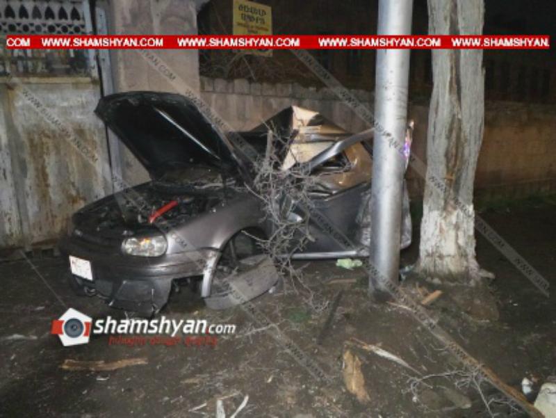 ԵՊՀ-ի 27-ամյա ուսանողը Volkswagen-ով բախվել է հաստաբուն ծառին ու շինության պատին. նրան առաջինը օգնության են հասել ՀՀ ՊՆ ռազմական ոստիկանության ծառայողները. ավտոմեքենան վերածվել է մետաղե ջարդոնի