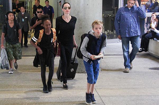 Անջելինա Ջոլին երեխաների հետ օդանավակայանում (լուսանկարներ)