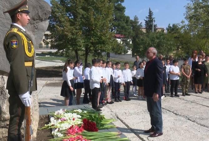 Բակո Սահակյանը ծաղկեպսակ է դրել Բեկորի հուշարձանին