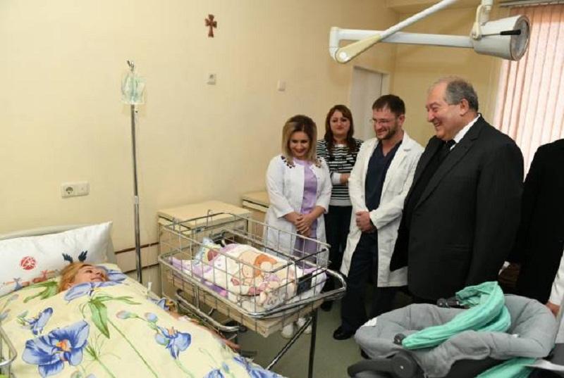Նախագահը նվերներ է հանձնել Գյումրիում այս գիշեր լույս աշխարհ եկած փոքրիկների ծնողներին