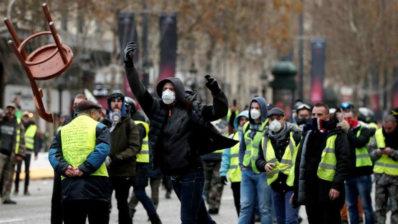 Փարիզում «դեղին բաճկոնավորներ»-ը իրավապահների ուղղությամբ քարեր և շշեր են նետել