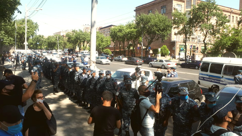 Ազգային ժողովի շենքի դիմաց  կենտրոնացած են մեծ թվով ոստիկանական ուժեր, կան բերման ենթարկվածներ