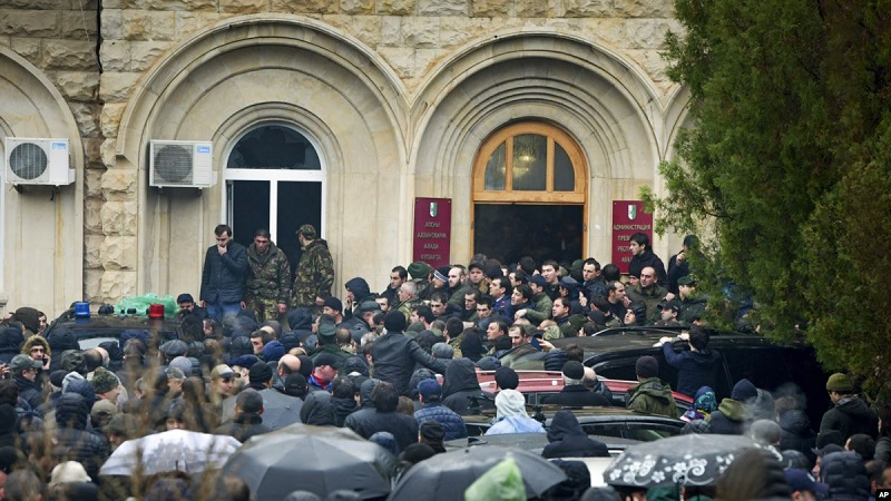 Աբխազիայում ցուցարարները ներխուժել են նախագահականի զինանոց և զենքեր առգրավել