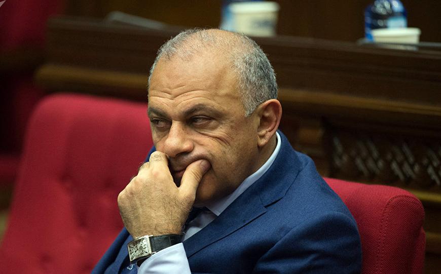 «Ժողովուրդ». Արարատի նախկին մարզպետը իրավապահներին ասել է, թե ինքը ոչ միայն գումար չի պահանջել Ալիկ Սարգսյանից, այլ ինքն է կաշառք տվել նրան