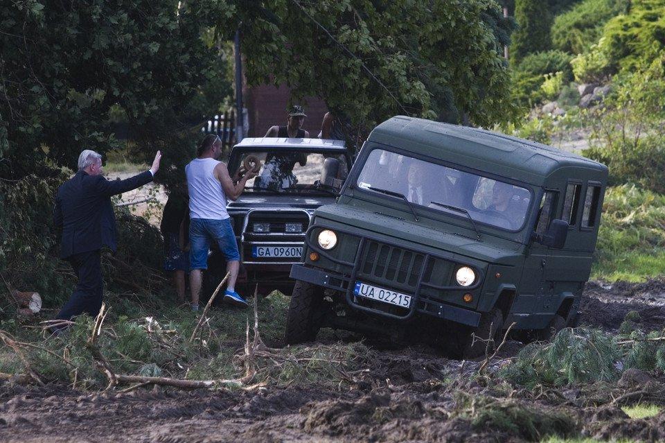 Լեհաստանի պաշտպանության նախարարի մեքենան խրվել է ցեխի մեջ