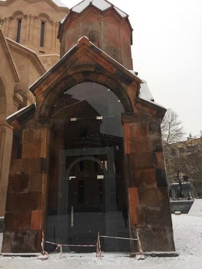 Աբովյան փողոցի Սուրբ Կաթողիկե եկեղեցու ապակե դուռը ժամանակավոր լուծում է. «Առավոտ»