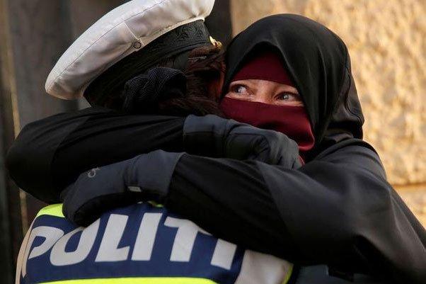 Նիկաբի արգելք. Դանիայում լայնորեն տարածվել է ոստիկանի և մուսուլման կնոջ գրկախառնության լուսանկարը