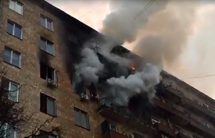 Կոմիտասի պողոտայի և Փափազյան փողոցի խաչմերուկում գտնվող 5 հարկանի շենքի տանիքում հրդեհ է բռնկվել