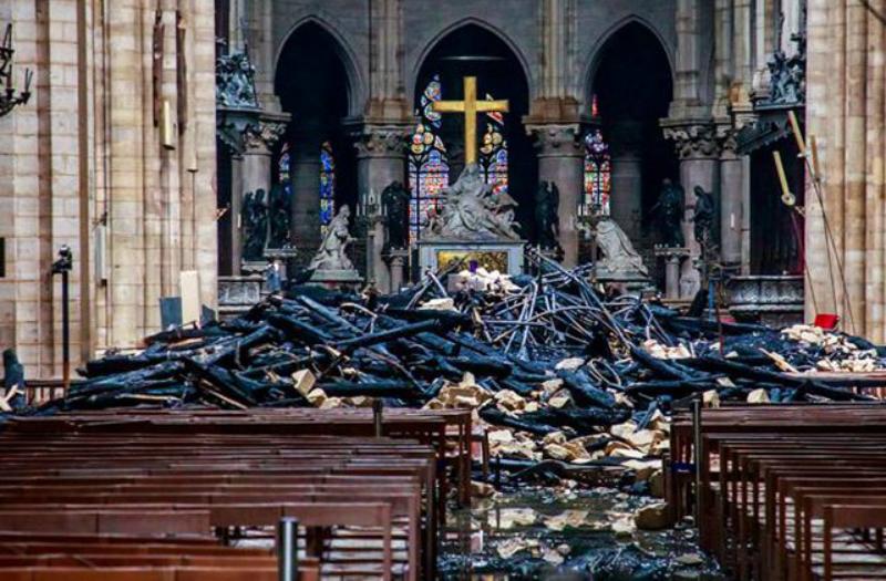 Ո՞վ է այրել Փարիզի Աստվածամոր տաճարը