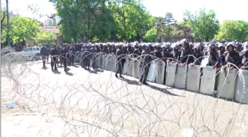 Ցուցարարները և ոստիկանները երգում են Հայաստանի հիմնը (տեսանյութ)