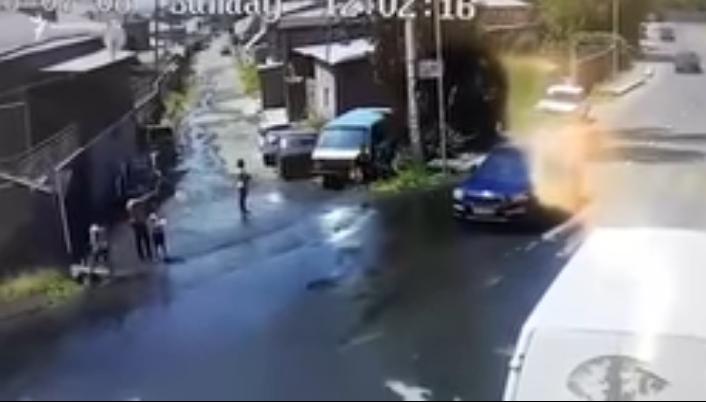 Նախկին ոստիկանապետի եղբայրը բռնություն է գործադրել անչափահասի և նրա հոր նկատմամբ, ստիպել է ծնկի գալ (տեսանյութ)
