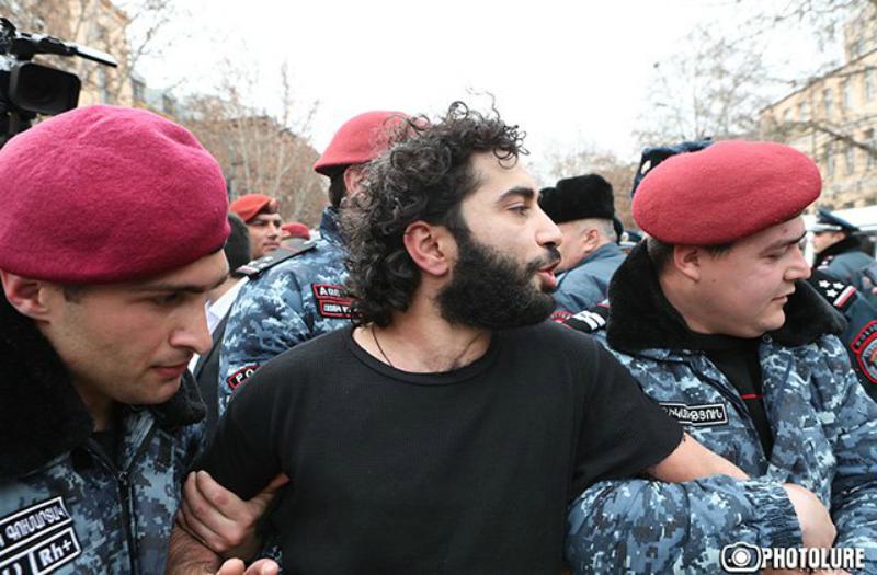 Օպերայի տարածքում սրճարանների ապամոնտաժման դեմ բողոքի ակցիա իրականացնող մեկ քաղաքացի և մեկ ոստիկան տեղափոխվել են հիվանդանոց