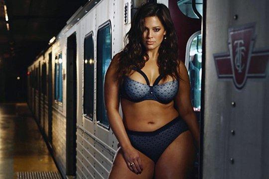 Plus-size մոդելը ներքնազգեստով նկարահանվել է մետրոյում