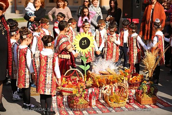 Կենտրոն վարչական շրջանի մանկապարտեզների սաները մասնակցել են բերքի տոնին (լուսանկարներ)