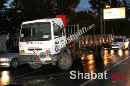 Վթար-վրաերթ Երևանում. բախվել են Renault-ն և Mercedes-ը. վերջինն էլ վրաերթի է ենթարկել 80-ամյա հետիոտնին