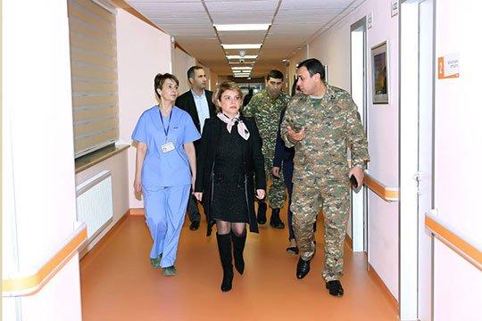 Սեյրան Օհանյանի կինն այցելել է տարբեր բժշկական կենտրոններում բուժում ստացող վիրավոր զինծառայողներին