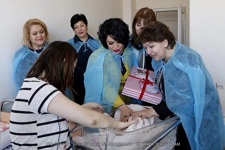 Քաղաքապետի տիկին Գոհար Մարգարյանն այցելել է մայրաքաղաքի ծննդատներ