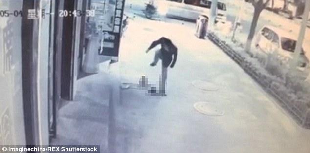 Շոկային կադրեր՝ տղամարդը ոտքով հարվածում է երեխային (տեսանյութ)