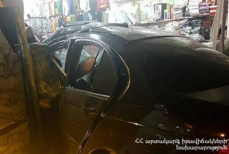 Գյումրիում BMW մակնիշի ավտոմեքենան բախվել է հագուստի տաղավարին.վարորդն ու ուղևորը հոսպիտալացվել են