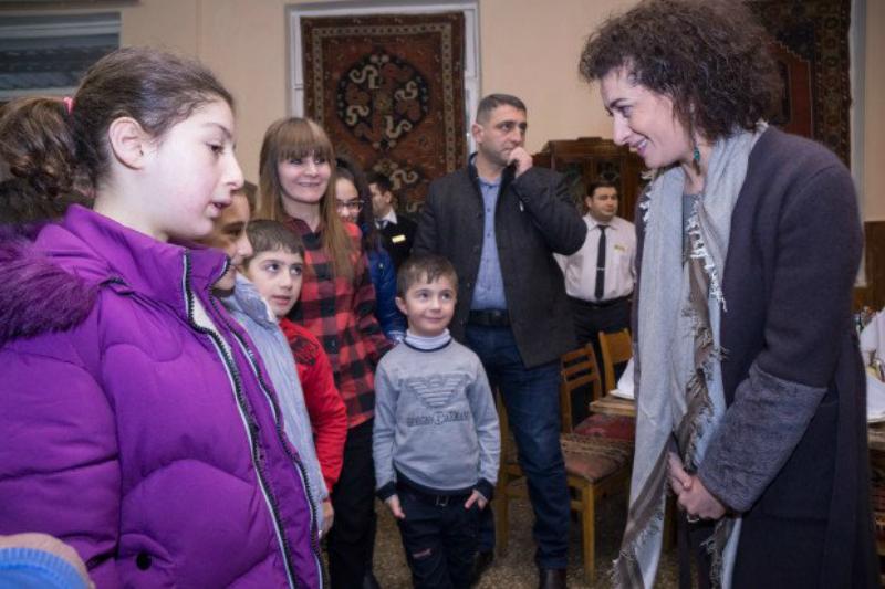 Աննա Հակոբյանը ճաշել է Տավուշի մարզից զոհված զինծառայողների զավակների հետ
