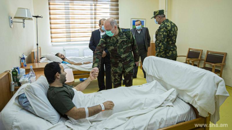 ԱԱԾ տնօրենի ժ/պ-ն այցելել է Երևանի տարբեր առողջապահական հաստատություններում բուժում ստացող վիրավոր զինծառայողներին