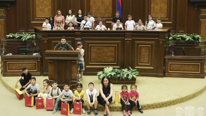 44-օրյա պատերազմի մասնակիցների ու մարտում անմահացած հերոսների շուրջ 50 երեխաներ այցելել են Ազգային Ժողով