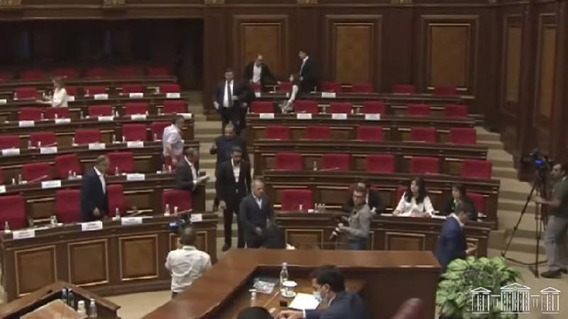 «Հայաստան» և «Պատիվ ունեմ» խմբակցությունները լքեցին նիստերի դահլիճը
