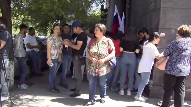 Անհետ կորած զինծառայողների հարազատները ՌԴ դեսպանատան մոտ են (տեսանյութ)