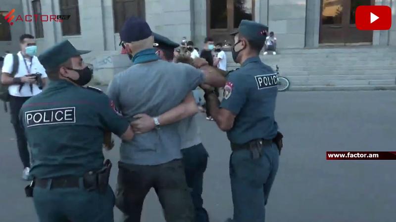 Ոստիկանները բերման ենթարկեցին ի պաշտպանություն Ամուլսարի հեծանվային երթ իրականացնող քաղաքացիներին (տեսանյութ)