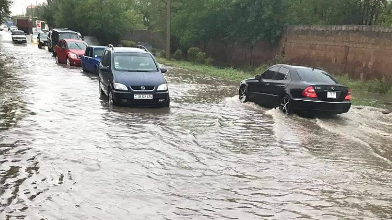 Հորդառատ անձրև Գյումրիում․ երթևեկությունը դարձել է դժվարանցանելի