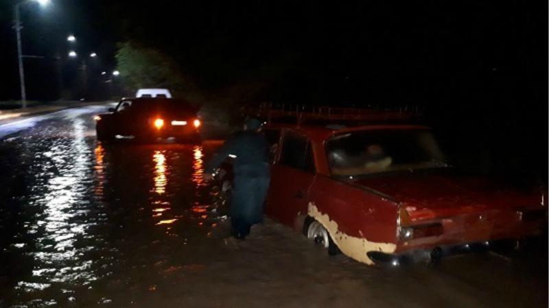 Երկու տասնյակ ավտոմեքենա է արգելափակվել անձրևաջրերի մեջ Երևան-Մեծամոր ճանապարհին