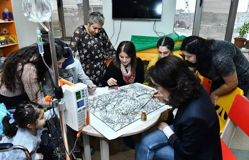 Աննա Հակոբյանը ապակենկարի առաջին գույնն է ներկել. նկարը կվաճառվի աճուրդով, գումարը կփոխանցվի երեխաների բուժմանը