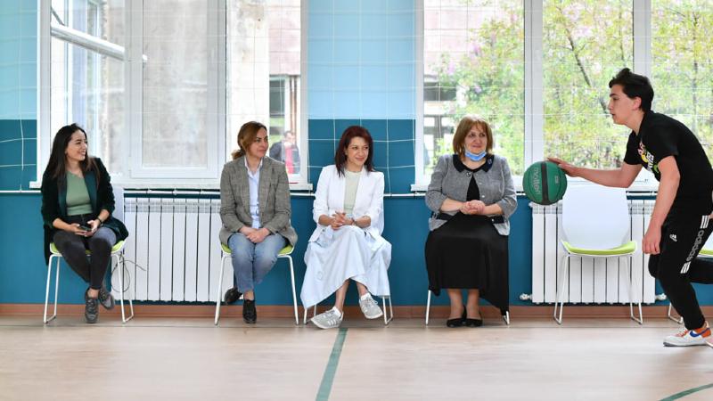 Այսօր Lենա Նազարյանի հետ ներկա եղանք Վանաձորի՝ Վ. Համբարձումյանի անվան N25 հիմնական դպրոցի նորոգված մարզադահլիճի բացման արարողությանը. Աննա Հակոբյան (լուսանկարներ)