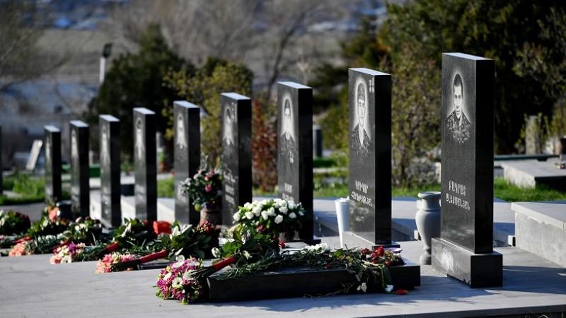 Նիկոլ Փաշինյանի անունից ծաղիկներ են դրվել Ապրիլյան քառօրյա պատերազմի հերոսների շիրիմներին (լուսանկարներ)