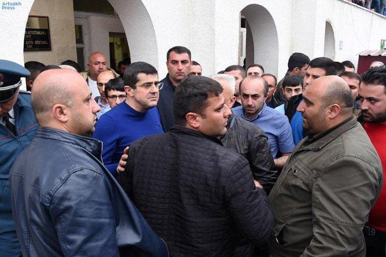 Արցախի պետնախարար Արայիկ Հարությունյանը հանդիպել է ցուցարարների հետ. նախաձեռնողների հետ տեղում քննարկում է եղել