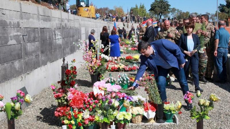 Արայիկ Հարությունյանն այցելել է Ստեփանակերտի հուշահամալիր-պանթեոն և ծաղիկներ խոնարհել զոհվածների շիրիմներին