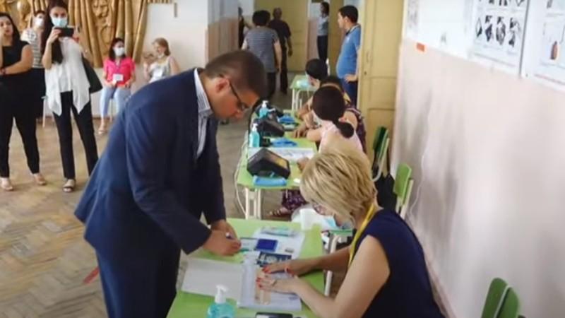 Արման Բաբաջանյանը քվեարկում է (տեսանյութ)