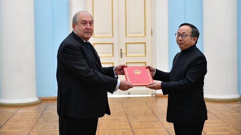 Մենք ապացուցել ենք, որ կարող ենք լինել լավ գործընկերներ. նախագահ Արմեն Սարգսյանին հավատարմագրերն է հանձնել Հայաստանում Չինաստանի նորանշանակ դեսպանը (տեսանյութ)